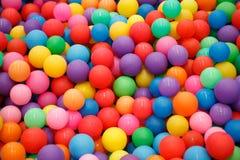 许多使用的孩子的五颜六色的塑料球能 库存照片