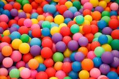 许多使用的孩子的五颜六色的塑料球能 库存图片