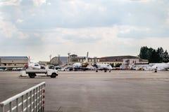 许多停放的航空器在一个小机场的停车场 免版税库存图片