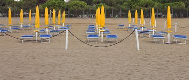 许多关闭了在海滩的遮阳伞 免版税库存图片