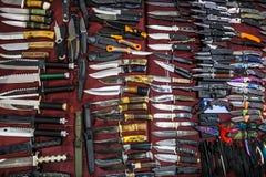 许多刀子在商店或市场,顶视图上 免版税库存图片