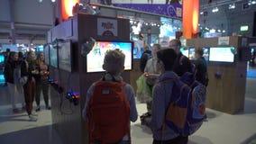 许多十几岁测试新的电子游戏使用gamepads 影视素材