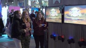 许多十几岁测试新的电子游戏使用gamepads 股票录像