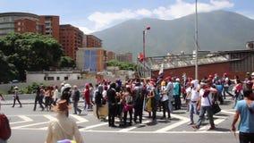 许多反对的抗议者在加拉加斯召集反对尼古拉斯・马杜罗专政政府 影视素材