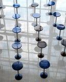 许多吃在空的咖啡馆大厅垂直的视图摘要的回合桌 库存照片