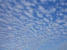 许多和蓝天天气天奇怪的云彩视图  库存图片