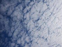 许多和蓝天天气天奇怪的云彩视图  免版税库存照片