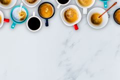 许多咖啡在白色大理石背景的 免版税库存图片