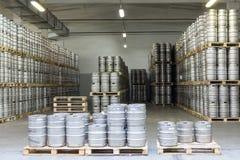 许多啤酒小桶在储蓄啤酒厂Ochakovo 免版税图库摄影