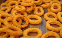 许多嘎吱咬嚼的油煎的洋葱圈准备在旅馆餐馆为服务 库存照片