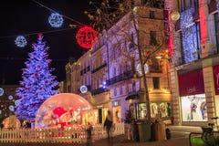 许多圣诞节装饰照亮的步行街道在niort的市中心 免版税库存照片