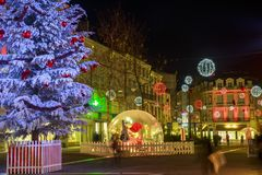 许多圣诞节装饰照亮的步行街道在niort的市中心 图库摄影