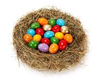 许多在巢的五颜六色的鸡蛋 免版税库存照片