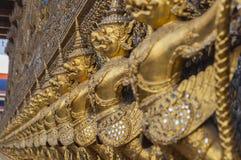 许多在佛教教会, Wat Phra Ke附近的金黄garuda雕象 免版税库存照片