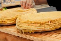 许多在准备好的桌上的油煎的薄煎饼哺养 图库摄影