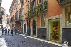许多在城市的街道上的游人,在维罗纳,意大利 免版税库存照片