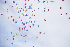 许多在天空背景的五颜六色的气球 免版税库存图片