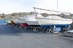 许多在存贮的小船的冬天 库存图片