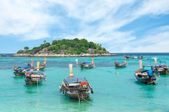 许多在日出海滩,酸值LIPE,泰国的长尾的小船 免版税库存照片