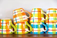 许多在木架子的咖啡杯 库存照片