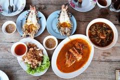 许多在木桌上的泰国食物 库存图片