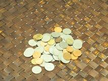 许多在木背景的泰国硬币 图库摄影
