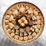 许多在板材的阿拉伯甜酥皮点心果仁蜜酥饼 免版税库存照片