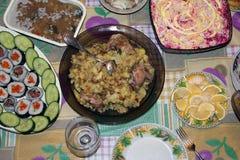 许多在桌上的食物 免版税库存图片