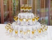 许多在桌上的香槟玻璃 免版税库存图片