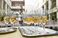许多在桌上的香槟玻璃 免版税库存照片