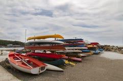 许多在海滩的五颜六色的皮船 免版税库存照片