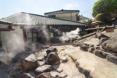 许多在温泉水煮沸附近安置 免版税库存照片