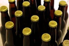 许多在琥珀色的瓶的Homebrews从上面 免版税库存照片