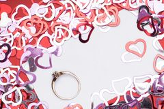 许多在白色背景、定婚戒指与金刚石,框架和空间的红色心脏形状文本的 库存照片