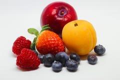 许多在白色背景的各种各样的果子 免版税库存照片
