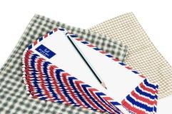 许多在白色背景的航空邮件信件 库存照片