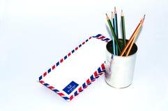 许多在白色背景的航空邮件信件 库存例证