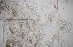 许多在砖地上的脚印刷品 免版税图库摄影
