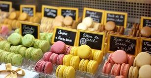 许多在立场美丽和鲜美曲奇饼的颜色法国蛋白杏仁饼干烘烤了被分类的颜色和另外口味蛋白杏仁饼干饼干  免版税图库摄影