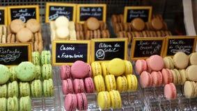 许多在立场美丽和鲜美曲奇饼的颜色法国蛋白杏仁饼干烘烤了被分类的颜色和另外口味蛋白杏仁饼干饼干  免版税库存图片