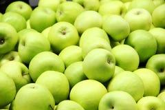 许多在箱子,背景的绿色苹果 好收获 免版税图库摄影