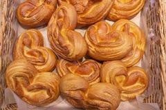 许多在篮子的新鲜的小圆面包 图库摄影