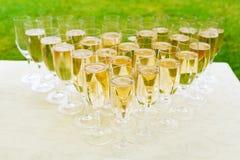许多在自助餐桌上的香槟玻璃 党打开a 免版税库存图片