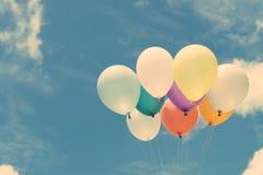 许多在蓝天的五颜六色的爱的气球,概念在夏天和华伦泰,婚姻的蜜月 库存图片