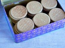 许多在蓝色锡的饼干 免版税库存照片