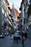 许多在街道上的游人,在大教堂圣玛丽亚del菲奥雷附近在佛罗伦萨 免版税图库摄影