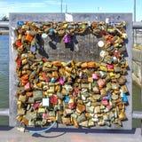 许多在赫尔辛基关闭了在爱桥梁的锁  免版税库存照片