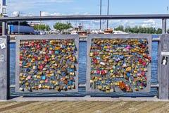 许多在赫尔辛基关闭了在爱桥梁的锁  免版税库存图片