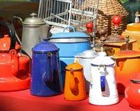 许多在跳蚤市场立场的老咖啡壶在欧洲 库存图片