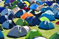 许多在野营的五颜六色的帐篷 免版税库存照片